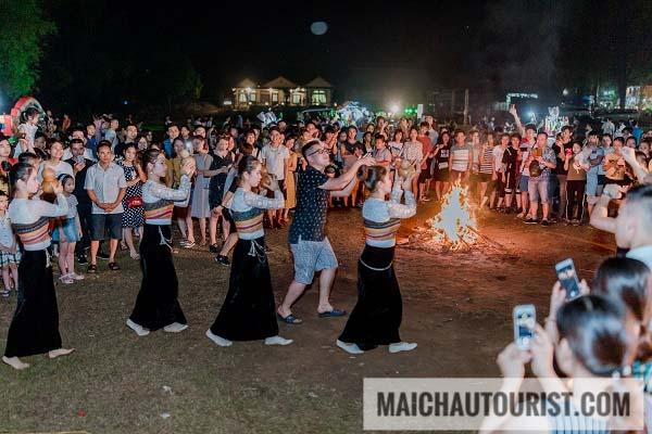 xem múa dân tộc tại Mai Châu